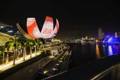 Nattpanorama av Singapore Royaltyfri Foto