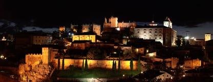 Nattpanorama av staden av Caceres Royaltyfri Foto