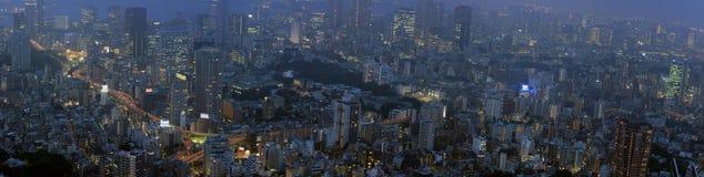 Nattpanorama av Tokyo med upptagen vägar och skysc Fotografering för Bildbyråer