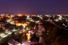 Nattpanorama av Veszprem arkivfoton