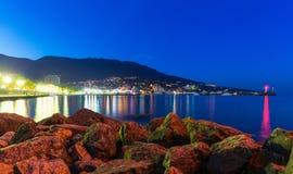 Nattpanorama av Yalta, Krim, Ukraina arkivfoto