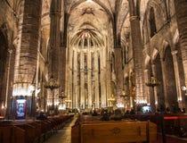 Nattpanorama inom den gotiska kyrkan av Santa Maria del Mar i det Ribera området av Barcelona, Catal Royaltyfri Foto