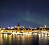 Nattpanorama med nordliga ljus av Gamla Stan Old Town, Stockholm, Sverige Arkivfoto