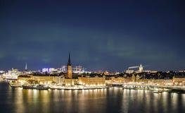 Nattpanorama med nordliga ljus av Gamla Stan, Stockholm, Sverige Royaltyfria Foton