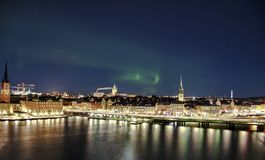 Nattpanorama med nordliga ljus av Gamla Stan, Stockholm, Sverige Arkivfoton