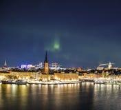 Nattpanorama med nordliga ljus av Gamla Stan, Stockholm, Sverige Royaltyfri Bild
