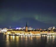 Nattpanorama med nordliga ljus av Gamla Stan, Stockholm, Sverige Arkivfoto