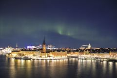 Nattpanorama med nordliga ljus av Gamla Stan, Stockholm, Sverige Royaltyfri Fotografi