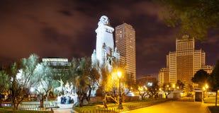 Nattpanoramautsikt av den Cervantes monumentet i Madrid Royaltyfri Fotografi