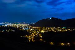 Nattpanoramautsikt av den gamla historiska neighbourhooden av Brasov, Rumänien Fotografering för Bildbyråer