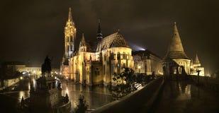 Nattpanoramautsikt av Matthias Temple i Budapest, Ungern fotografering för bildbyråer
