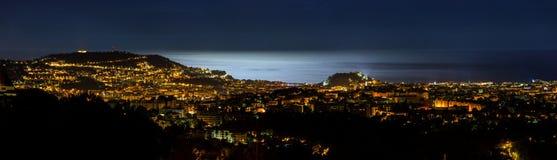 Nattpanoramautsikt av Nice med måneljus på havsvattnet Royaltyfri Foto