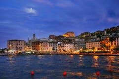 Nattpanorame av Porto Santo Stefano Arkivfoton