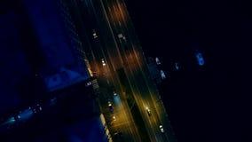 nattpetersburg st På vägen finns det bilar Skjuta från luften Surr ovanför vägen stock video