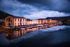 Nattplats av Bosa, Sardinia som reflekterar i floden Royaltyfria Foton