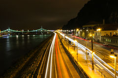 Nattplats av bron i Budapest Royaltyfri Bild