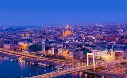 Nattplats av Budapest cityscape Fotografering för Bildbyråer