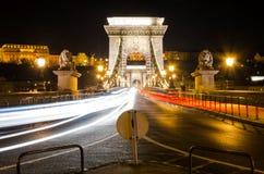 Nattplats av den Chain bron, Budapest, Ungern Royaltyfria Bilder