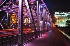 Nattplats av den färgglade Waibaidu bron Fotografering för Bildbyråer