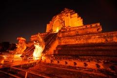 Nattplats av den forntida pagoden i Wat Chedi Luang, Thailand Arkivfoto
