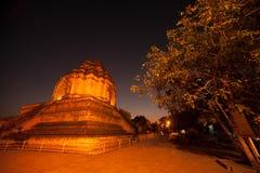 Nattplats av den forntida pagoden i Wat Chedi Luang, Thailand Arkivfoton