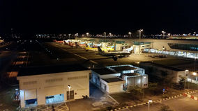 Nattplats av den internationella flygplatsen KLIA2 Arkivbild
