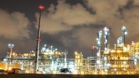 Nattplats av den olje- och kemiska växten - Tid schackningsperiod arkivfilmer
