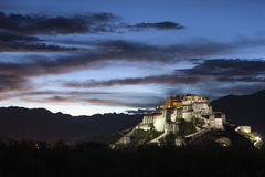 Nattplats av den Potala slotten Arkivbild