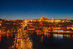 Nattplats av den Prague slotten och Charles Bridge