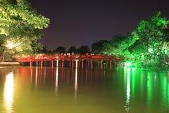 Nattplats av den röda bron på Hoan Kiem laken Royaltyfri Fotografi