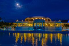 Nattplats av en fullmåne på storslagen Palladium på natten arkivbilder