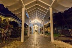Nattplats av en gåväg på den storslagna Palladiumsemesterorten Jamaica västra Indies fotografering för bildbyråer