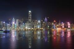 Nattplats av Hong Kong med reflexion på havet Royaltyfri Foto