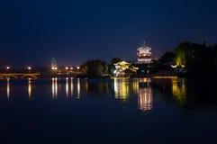 Nattplats av kinesisk gammal byggnad - torn Arkivbild