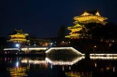 Nattplats av kinesisk gammal byggnad - torn Royaltyfri Foto