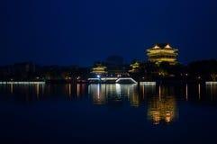 Nattplats av kinesisk gammal byggnad - torn Royaltyfri Bild