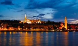 Nattplats av Matthias Church och den Fishermans bastionen Arkivfoto