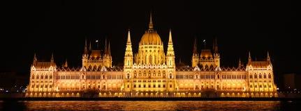 Nattplats av parlamentet i Budapest Arkivfoto