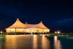 Nattplats av restaurangen över vatten Fotografering för Bildbyråer