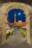 Nattplats av Siena, Tuscany, Italien Royaltyfri Fotografi