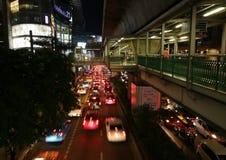 Nattplats av skywalken av den Ashok BTS stationen i centrala Bangkok arkivbild