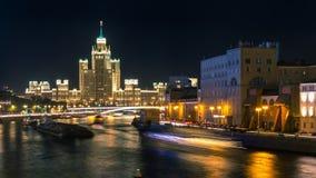 Nattplats av staden och floden i Moskva Arkivfoton