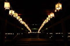 Nattplats av votive lyktor på den japanska templet royaltyfria foton