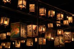 Nattplats av votive lyktor på templet, Japan royaltyfri fotografi