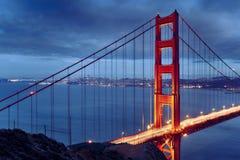 Nattplats med den berömda guld- portbron Royaltyfri Foto