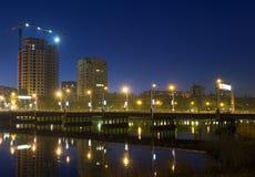 Nattplats med den upplysta bron över floden i Donetsk Royaltyfria Bilder