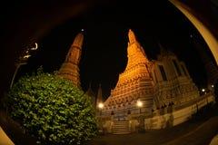 Nattplats på det huvudsakliga särdraget av Wat Arun Ratchawararam Ratworamahawihan Temple av gryning Royaltyfria Foton