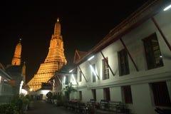 Nattplats på huvudsakliga Prang av Wat Arun Ratchawararam Ratworamahawihan Temple av gryning Royaltyfri Fotografi