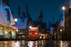 Nattplats utan folk av den Hogsmeade byn Royaltyfri Fotografi