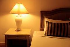 Nattplatsbild av hotellruminre arkivfoto